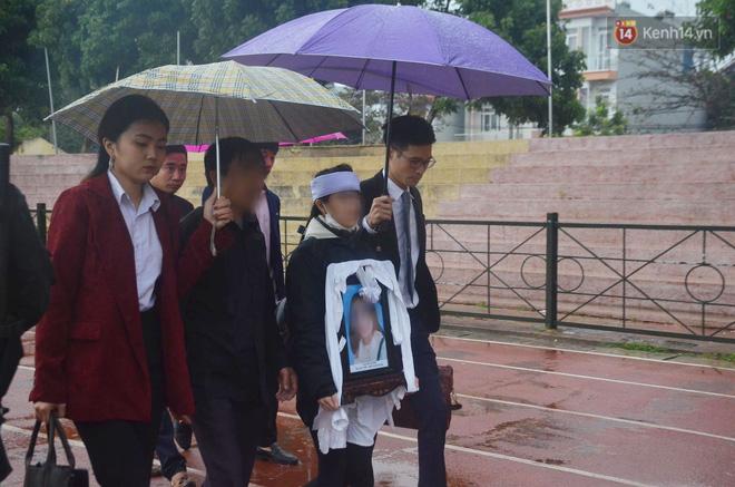 Ngày tuyên án vụ nữ sinh giao gà bị sát hại ở Điện Biên: Gia đình Duyên đeo khăn tang trắng, mang di ảnh đến toà - Ảnh 16.