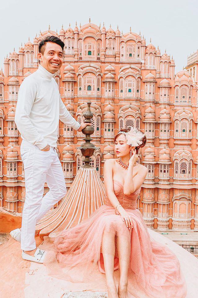 Lên đồ đi du lịch như nhà đại gia Minh Nhựa - Mina Phạm: Vợ thay 7749 bộ, chồng chỉ copy & paste nguyên một style - ảnh 3