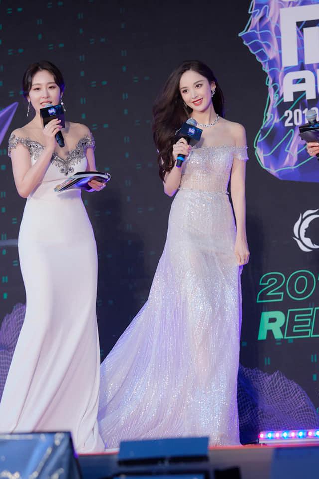 Nữ thần Cbiz hot nhất từ Hàn sang Trung hôm nay: Cổ Lực Na Trát khoe body nóng bỏng ở MAMA, ảnh hậu trường gây choáng - ảnh 4