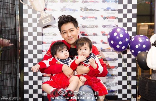 Mời ngày nào còn bé xíu trong vòng tay bố, 2 nhóc tì sinh đôi nhà Lâm Chí Dĩnh giờ đã lớn nhanh như thổi và siêu đáng yêu - Ảnh 6.