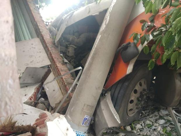 Clip: Khoảnh khắc container nổ lốp lao qua đường tông sập nhà dân, 2 người đi xe máy thoát chết trong gang tấc - Ảnh 5.