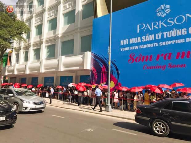 Store UNIQLO càng về chiều càng đông: Khách xếp hàng dài hơn trăm mét được staff phát ô cho đỡ nắng, có người đợi đến 1,5 giờ mới được vào shopping - Ảnh 1.