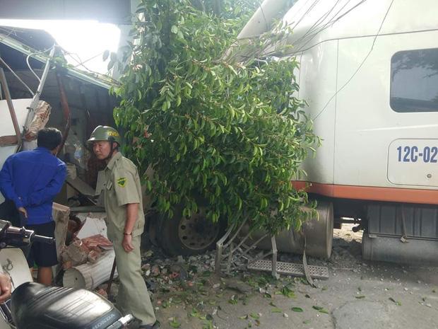 Clip: Khoảnh khắc container nổ lốp lao qua đường tông sập nhà dân, 2 người đi xe máy thoát chết trong gang tấc - Ảnh 4.