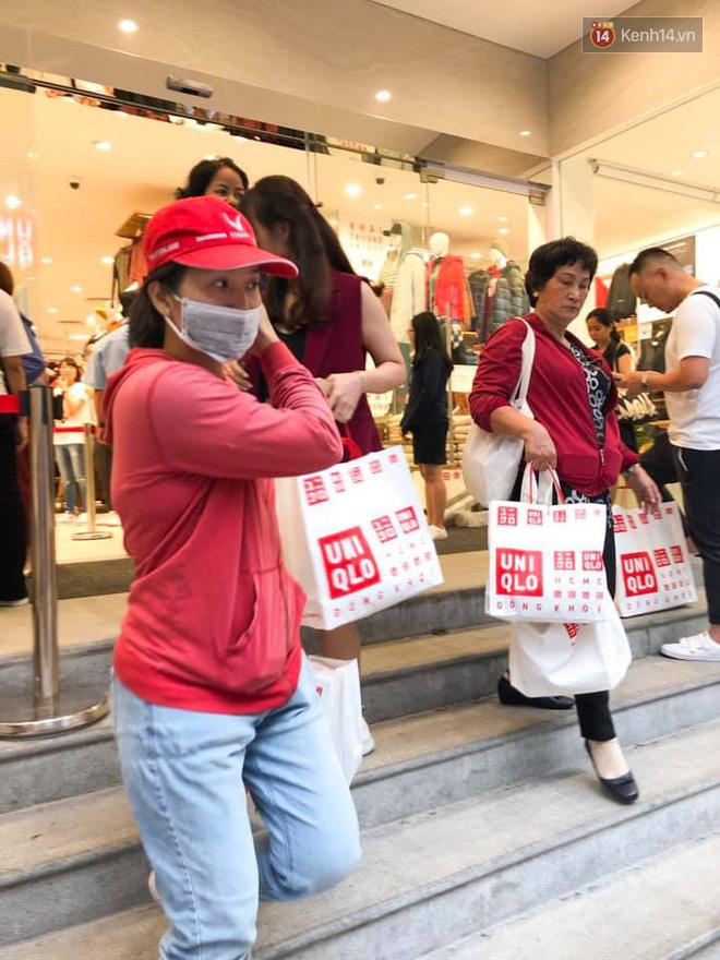 Store UNIQLO càng về chiều càng đông: Khách xếp hàng dài hơn trăm mét được staff phát ô cho đỡ nắng, có người đợi đến 1,5 giờ mới được vào shopping - Ảnh 5.