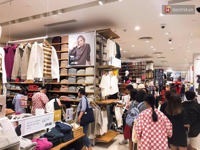 Store UNIQLO càng về chiều càng đông: Khách xếp hàng dài hơn trăm mét được staff phát ô cho đỡ nắng, có người đợi đến 1,5 giờ mới được vào shopping - Ảnh 7.