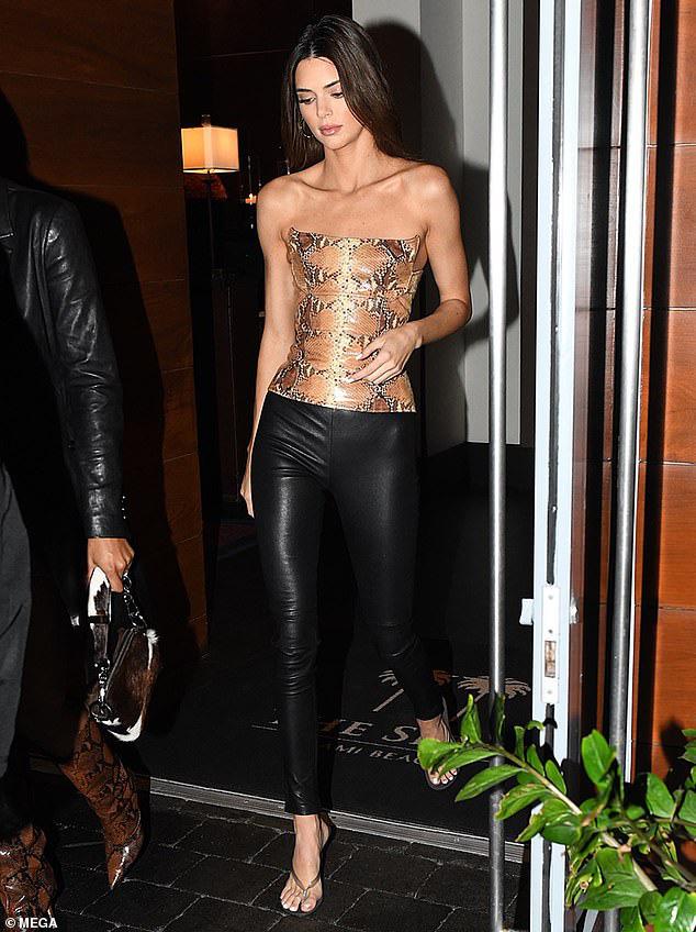 Dạo phố sang chảnh như Kendall Jenner: Gây sửng sốt vì body quá hoàn mỹ, áo bó chặt nhưng không lộ khuyết điểm - Ảnh 1.