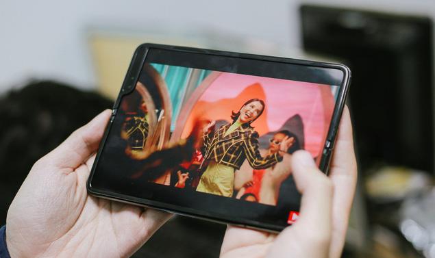 Giá 50 triệu đắt hơn cả iPhone 11 Pro Max, vì sao Galaxy Fold vẫn cháy hàng ở Việt Nam và ai là người mua? - ảnh 2