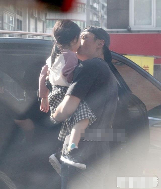 Tan chảy với loạt ảnh cực ngọt ngào của Hoắc Kiến Hoa: Liên tục hôn con gái, nhìn là biết cuồng con đến nhường nào - Ảnh 6.