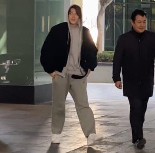 Hình ảnh xúc động nhất hôm nay: Kim Woo Bin tổ chức fanmeeting sau 2 năm trị ung thư, ôm chầm lấy vệ sĩ đang mếu máo - Ảnh 7.