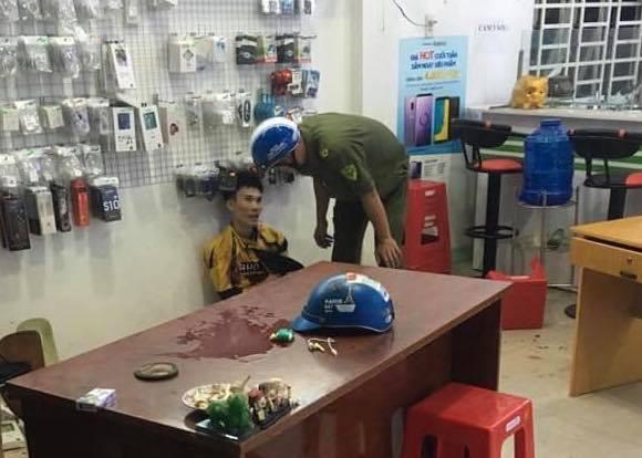 Chủ tiệm điện thoại bất ngờ bị chém nhiều nhát khi đang xem trận U22 Việt Nam - Campuchia - ảnh 3