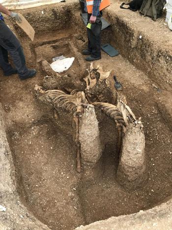 Phát hiện mộ cổ 2000 năm tuổi chứa hài cốt chiến binh thời Đồ Sắt, bên trong chứa tấm khiên có giá trị đến không ngờ - ảnh 1