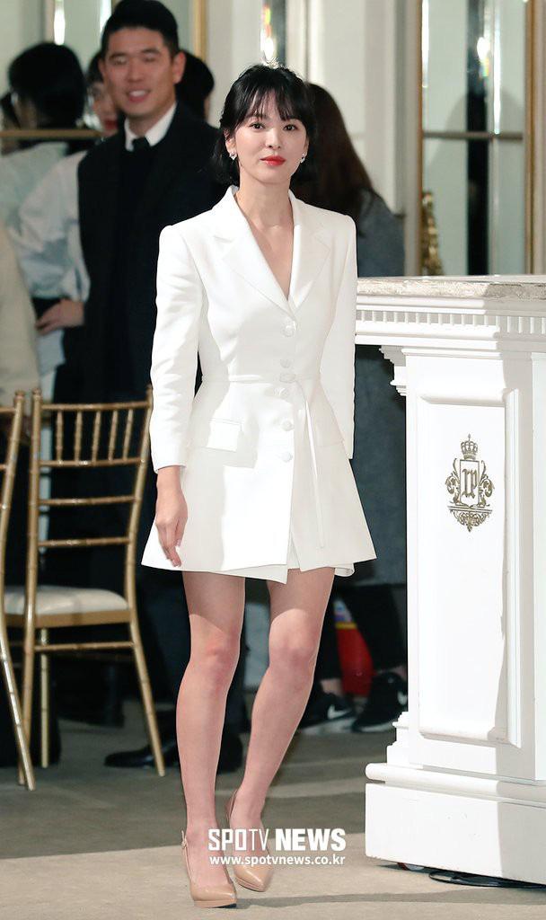Để trông sang như diện đồ hiệu dù lên đồ tiết kiệm, nàng công sở hãy học ngay thần chú màu trắng của Song Hye Kyo - ảnh 4