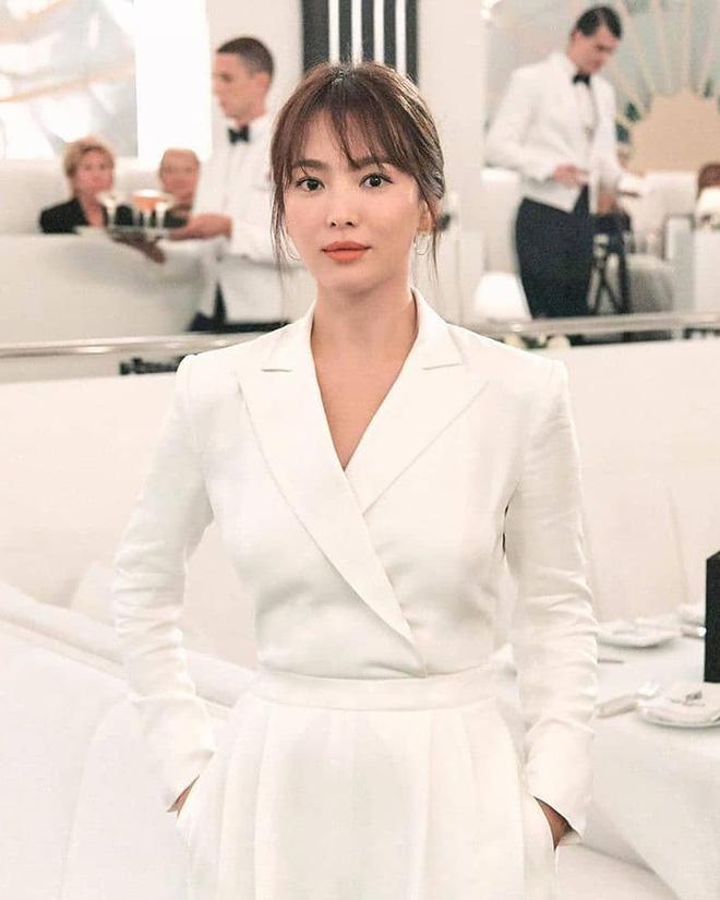 Để trông sang như diện đồ hiệu dù lên đồ tiết kiệm, nàng công sở hãy học ngay thần chú màu trắng của Song Hye Kyo - ảnh 5