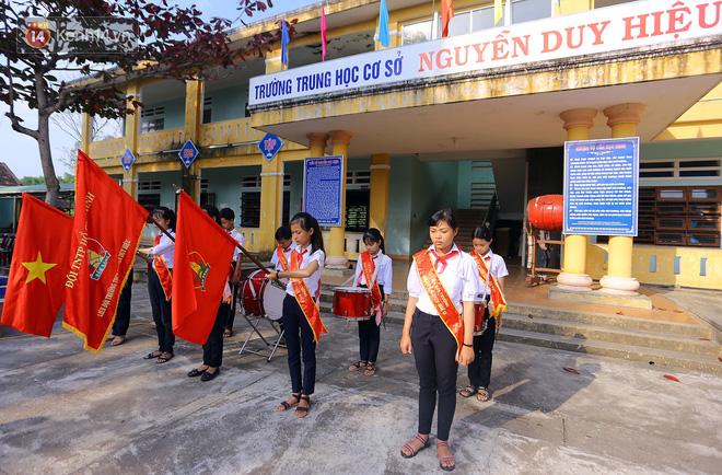 Buổi chào cờ đầu năm mới chìm trong nước mắt ở ngôi trường có 6 học sinh đuối nước thương tâm - Ảnh 9.