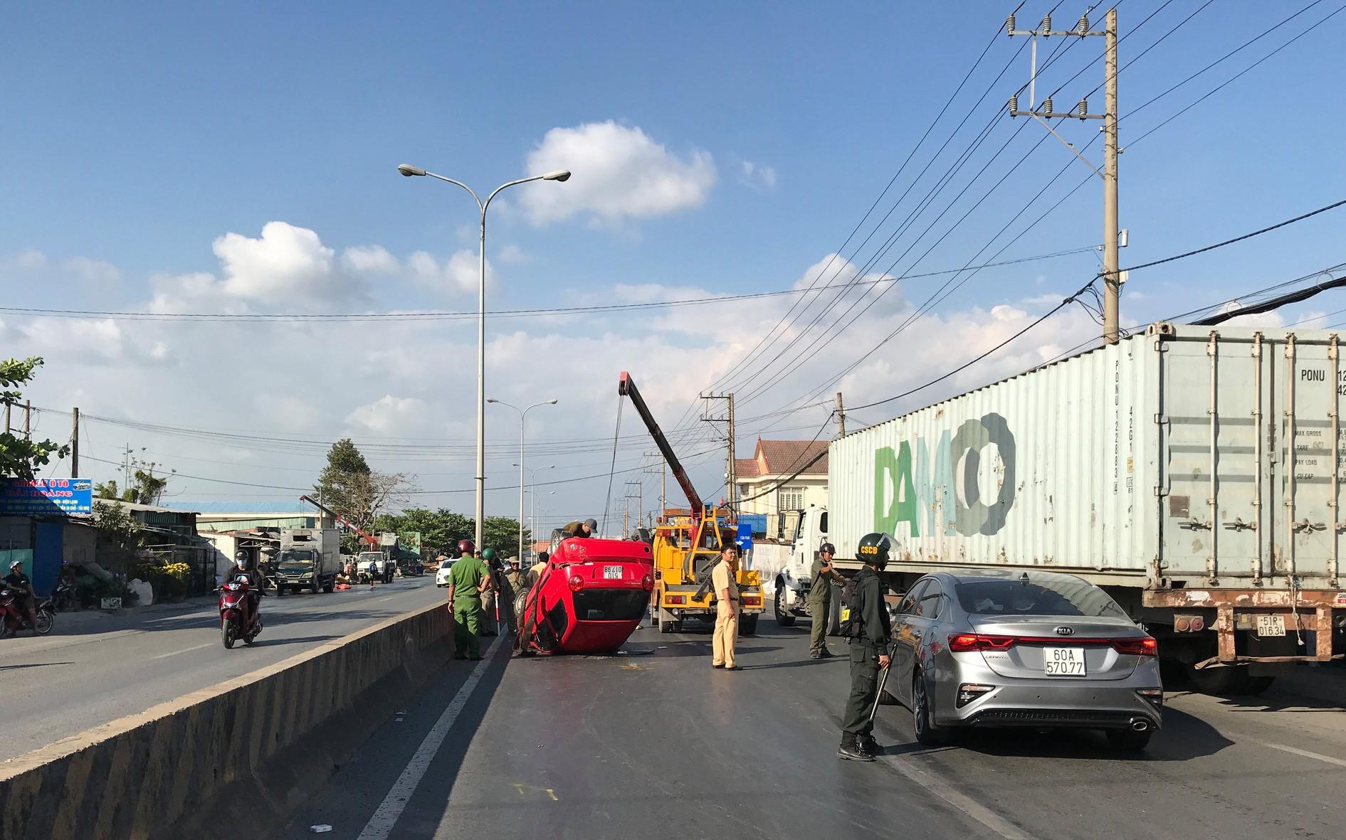 Ba người mắc kẹt trong ô tô hoảng loạn kêu cứu sau va chạm với xe ben trên quốc lộ 1K