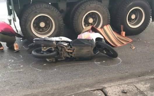 Va chạm với xe container, người phụ nữ bị cán chết thảm