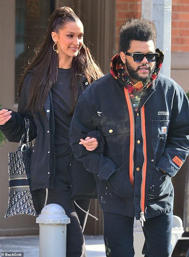 Trời lạnh tới mức tóc đông cứng, Bella Hadid vẫn ấm áp vô cùng vì có bạn trai The Weeknd bên cạnh - Ảnh 1.