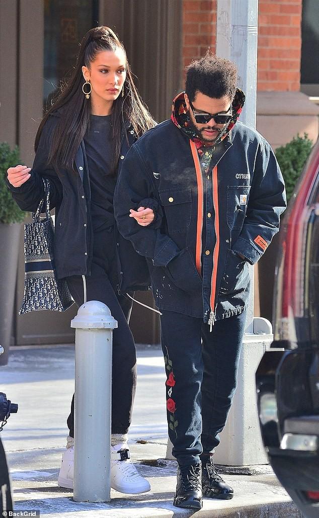 Trời lạnh tới mức tóc đông cứng, Bella Hadid vẫn ấm áp vô cùng vì có bạn trai The Weeknd bên cạnh - Ảnh 3.