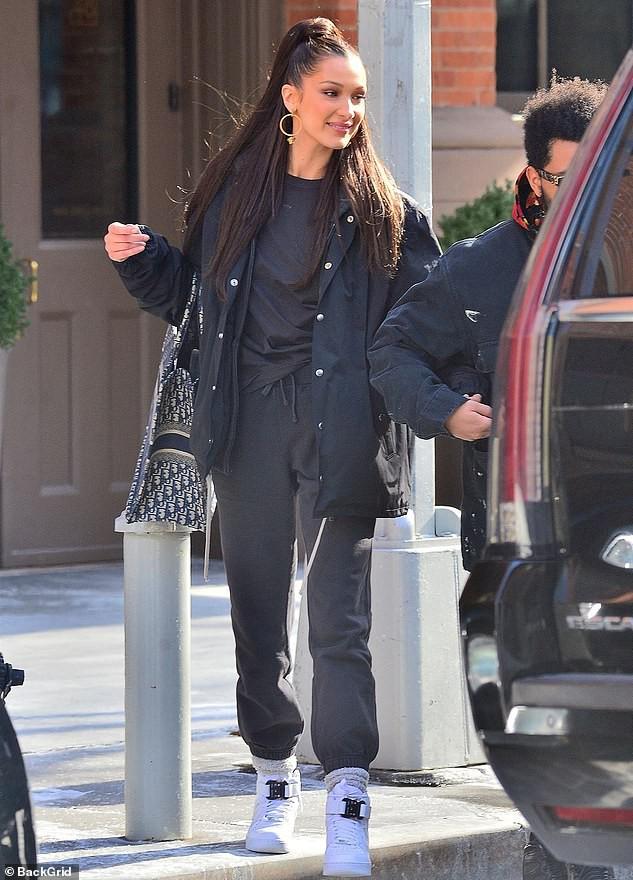 Trời lạnh tới mức tóc đông cứng, Bella Hadid vẫn ấm áp vô cùng vì có bạn trai The Weeknd bên cạnh - Ảnh 4.