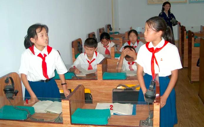 Bộ ảnh: Cuộc sống bên trong các trường học ở Triều Tiên, họ đang dạy gì cho học sinh?