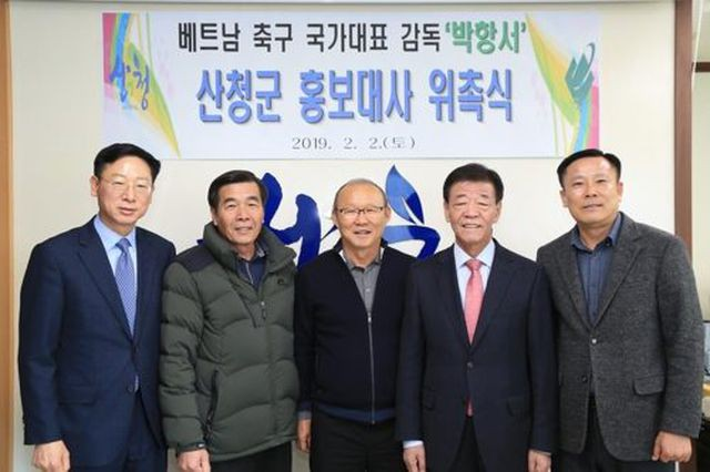 HLV Park Hang-seo về thăm bạn cũ, hào phóng ký một thùng bóng tặng người hâm mộ - Ảnh 9.