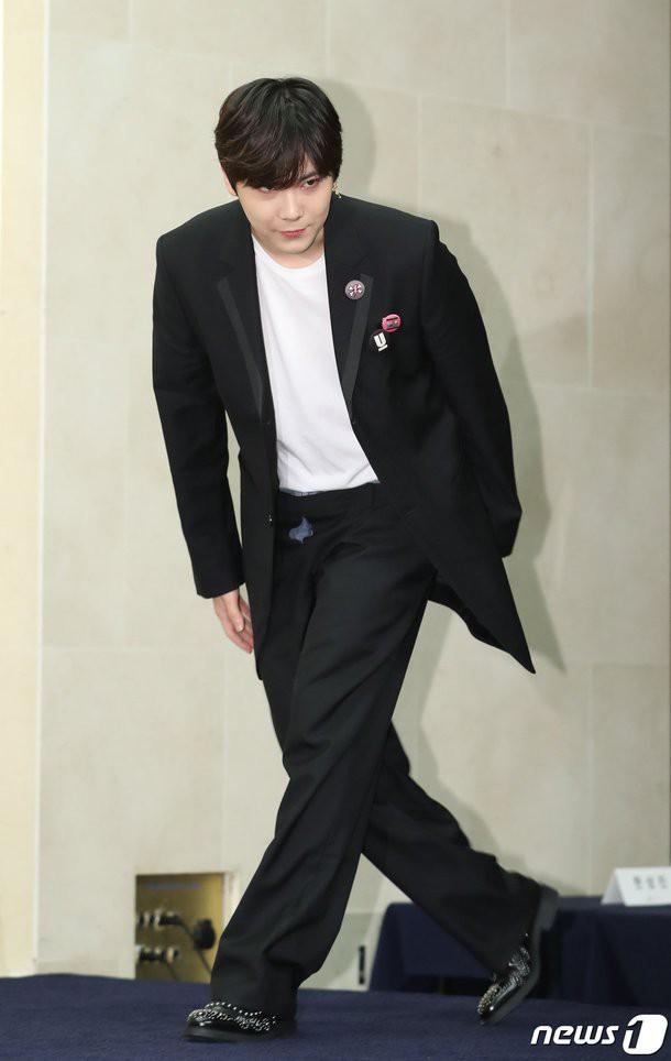 Mỹ nam Youre Beautiful Lee Hong Ki gây choáng khi diện quần lồng quần, còn không kéo khóa tại sự kiện - Ảnh 1.