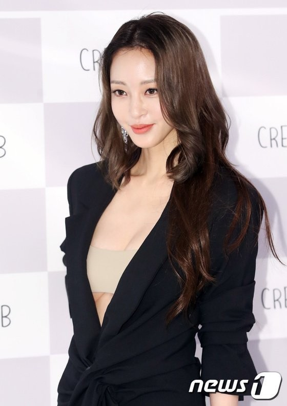 Song Ji Hyo lại có đối thủ: Thêm 1 nữ diễn viên cực gợi cảm được gán ghép với Kim Jong Kook - ảnh 3