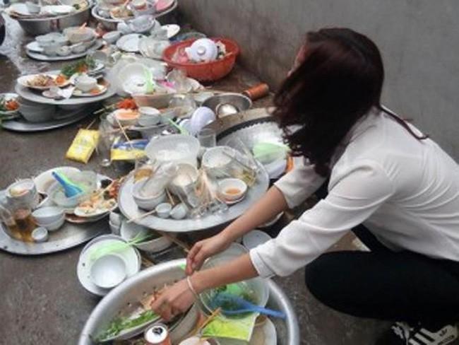 Về ra mắt nhà bạn trai lần đầu bị bắt rửa cả quảng trường bát đĩa, cô gái giơ chân đá vỡ hết rồi bỏ về - ảnh 1