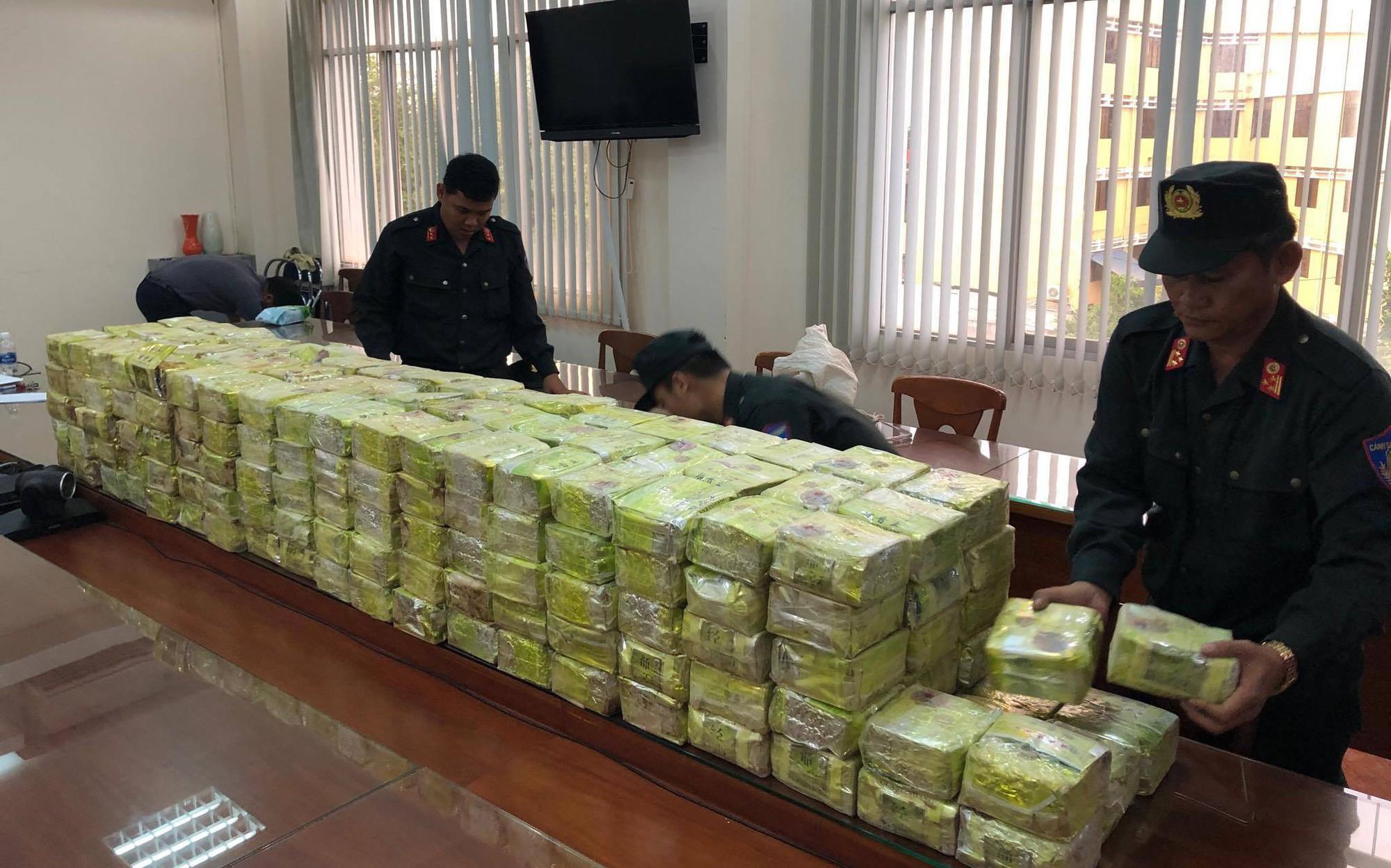 Cảnh sát vây bắt băng nhóm cùng xe bán tải đầy ắp ma tuý trong căn biệt thự ở Sài Gòn