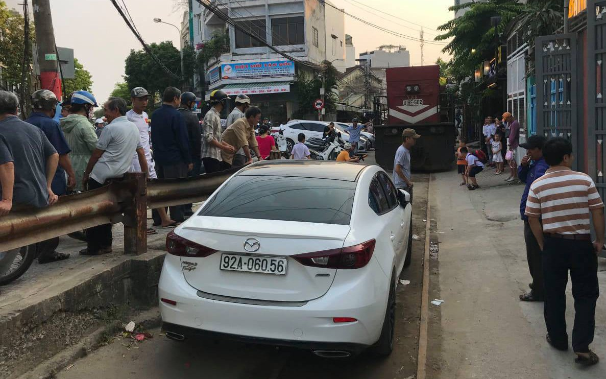 Đầu máy tàu hỏa mắc kẹt gần 2 tiếng vì ôtô đỗ giữa đường ray ở Đà Nẵng