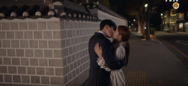 """Lee Dong Wook hôn Yoo In Na trước phòng trà của Thần Chết, khán giả """"gọi hồn"""" Yêu Tinh Gong Yoo - Ảnh 2."""