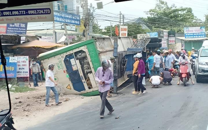 Đồng Tháp: Container bất ngờ lật ngang đè trúng nhiều người đi xe máy, 2 phụ nữ và 1 bé trai khoảng 2 tuổi tử vong