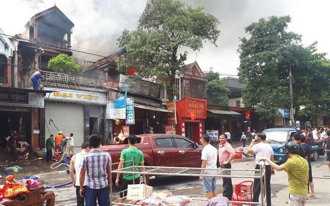 Hà Tĩnh: Cháy lớn xưởng sửa chữa ô tô, 2 ngôi nhà bên cạnh bị cháy lan thiêu rụi nhiều tài sản