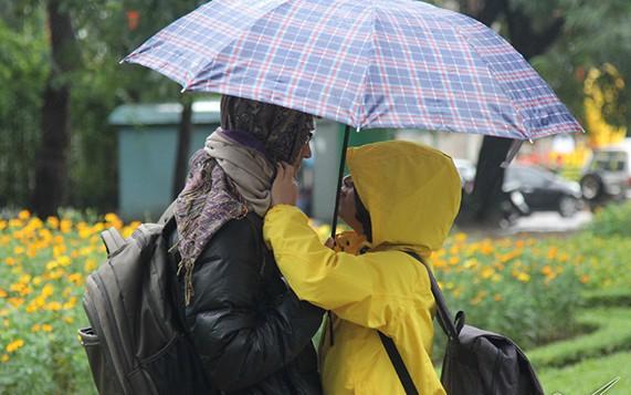 Nền nhiệt đột ngột giảm 10 độ, Hà Nội chuyển mưa rét