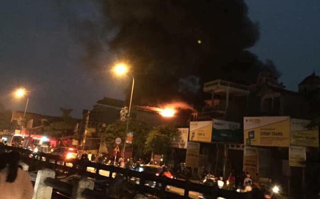 Hà Nội: Giải cứu 1 người mắc kẹt trong căn nhà 5 tầng bốc cháy dữ dội