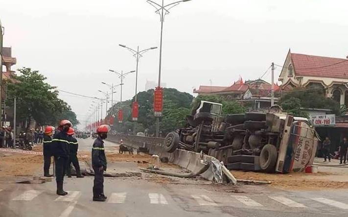 Lật xe bồn khiến hàng nghìn lít xăng tràn ra đường, người dân vội vàng đổ cát lấp lên vì sợ cháy nổ