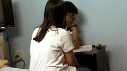 Mẹ nam sinh lớp 10 trong vụ việc vào khách sạn cùng cô giáo: Cực chẳng đã gia đình tôi mới đi tố cáo - Ảnh 2.
