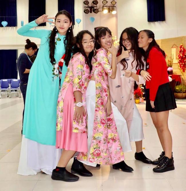 Con gái MC Quyền Linh lần đầu catwalk với áo dài, càng nhìn càng thấy thần thái của Hoa hậu tương lai - ảnh 1