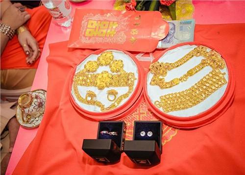 Choáng với đám hỏi khủng ở Kiên Giang: Cô dâu đeo 13 cây vàng kèm kim cương, cùng gần 1 tỷ đồng tiền sính lễ - Ảnh 2.