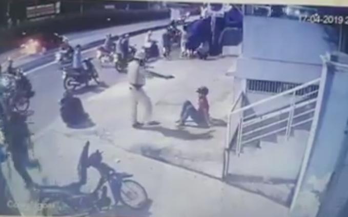 Clip CSGT chĩa súng, đánh 2 người sau va chạm giao thông gây xôn xao dư luận ở Sài Gòn