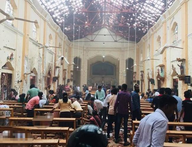 Hiện trường tan hoang sau 8 vụ nổ đẫm máu tại Sri Lanka khiến ít nhất 160 người thiệt mạng - ảnh 1