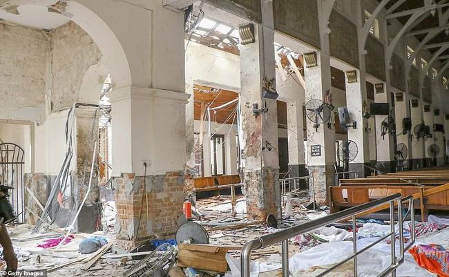 Hiện trường tan hoang sau 8 vụ nổ đẫm máu tại Sri Lanka khiến ít nhất 160 người thiệt mạng - ảnh 2