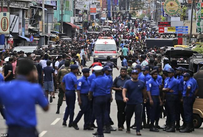 Hiện trường tan hoang sau 8 vụ nổ đẫm máu tại Sri Lanka khiến ít nhất 160 người thiệt mạng - ảnh 3