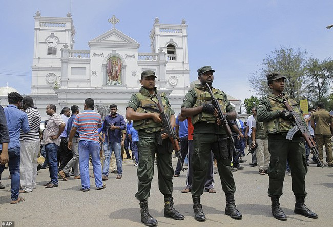 Hiện trường tan hoang sau 8 vụ nổ đẫm máu tại Sri Lanka khiến ít nhất 160 người thiệt mạng - ảnh 4