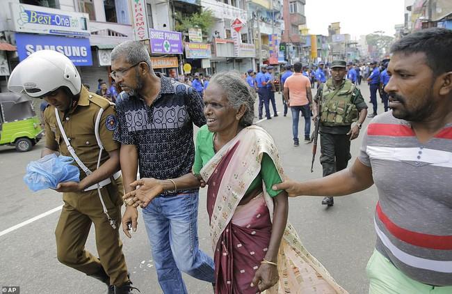 Hiện trường tan hoang sau 8 vụ nổ đẫm máu tại Sri Lanka khiến ít nhất 160 người thiệt mạng - ảnh 6