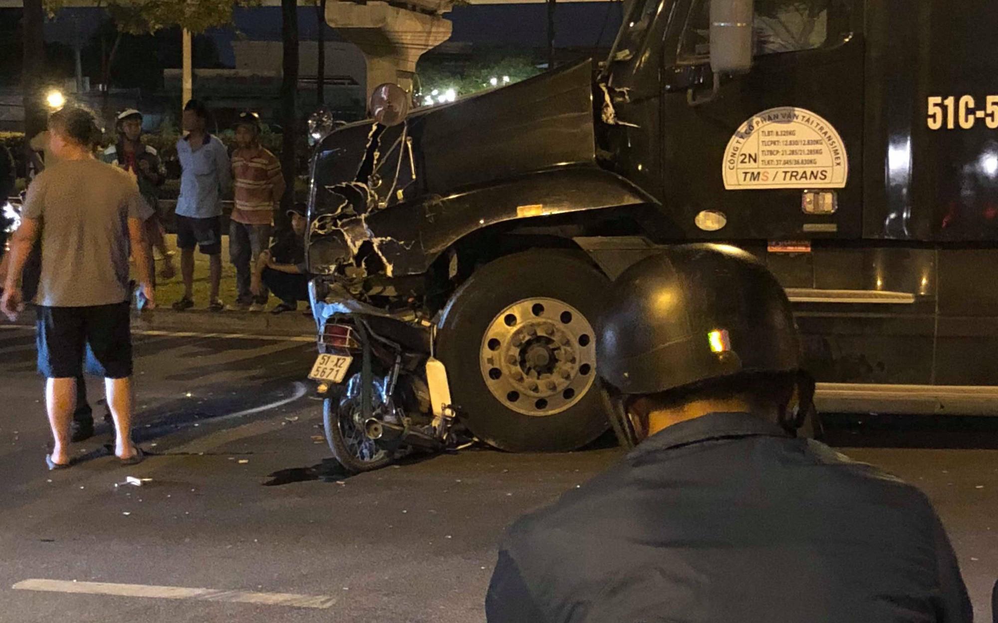 Xe máy đối đầu container ở Sài Gòn, người đàn ông tử vong