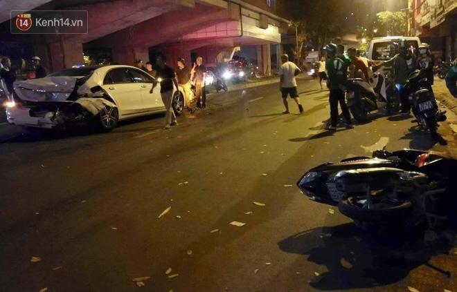 Hình ảnh đau xót: Con trai nữ công nhân môi trường gào khóc bên thi thể mẹ vụ ô tô điên tông liên hoàn ở Hà Nội - ảnh 1