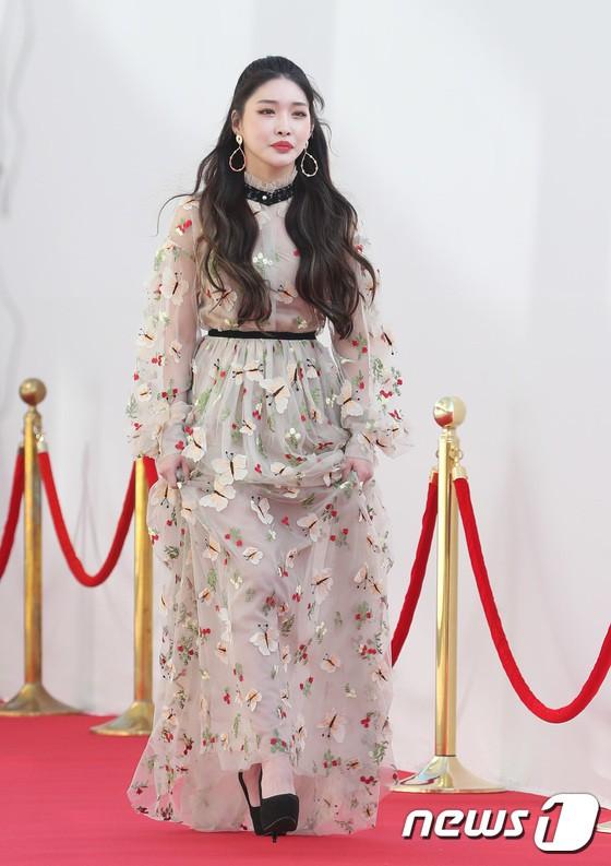 Thảm đỏ hội tụ gần 80 idol cực phẩm: Mỹ nhân TWICE té ngã nhưng vẫn bị Joy chiếm spotlight, BTS quyền lực bên dàn sao - ảnh 42