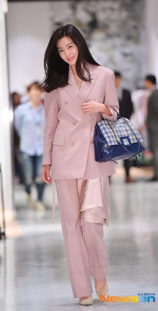 Mợ chảnh Jeon Ji Hyun gây náo loạn vì nhan sắc cực phẩm tại sự kiện, nhưng netizen lại chỉ chú ý đến chiếc nhẫn - Ảnh 2.