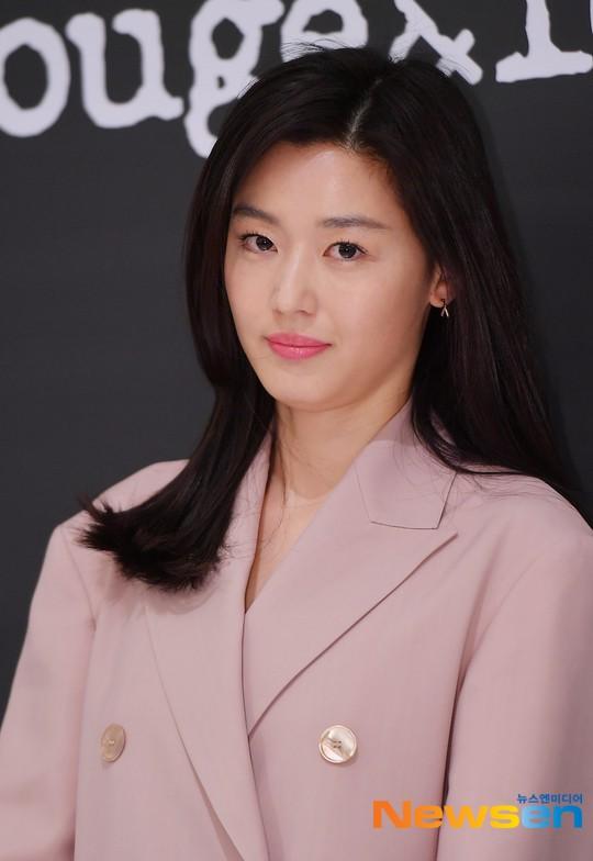 Mợ chảnh Jeon Ji Hyun gây náo loạn vì nhan sắc cực phẩm tại sự kiện, nhưng netizen lại chỉ chú ý đến chiếc nhẫn - Ảnh 8.